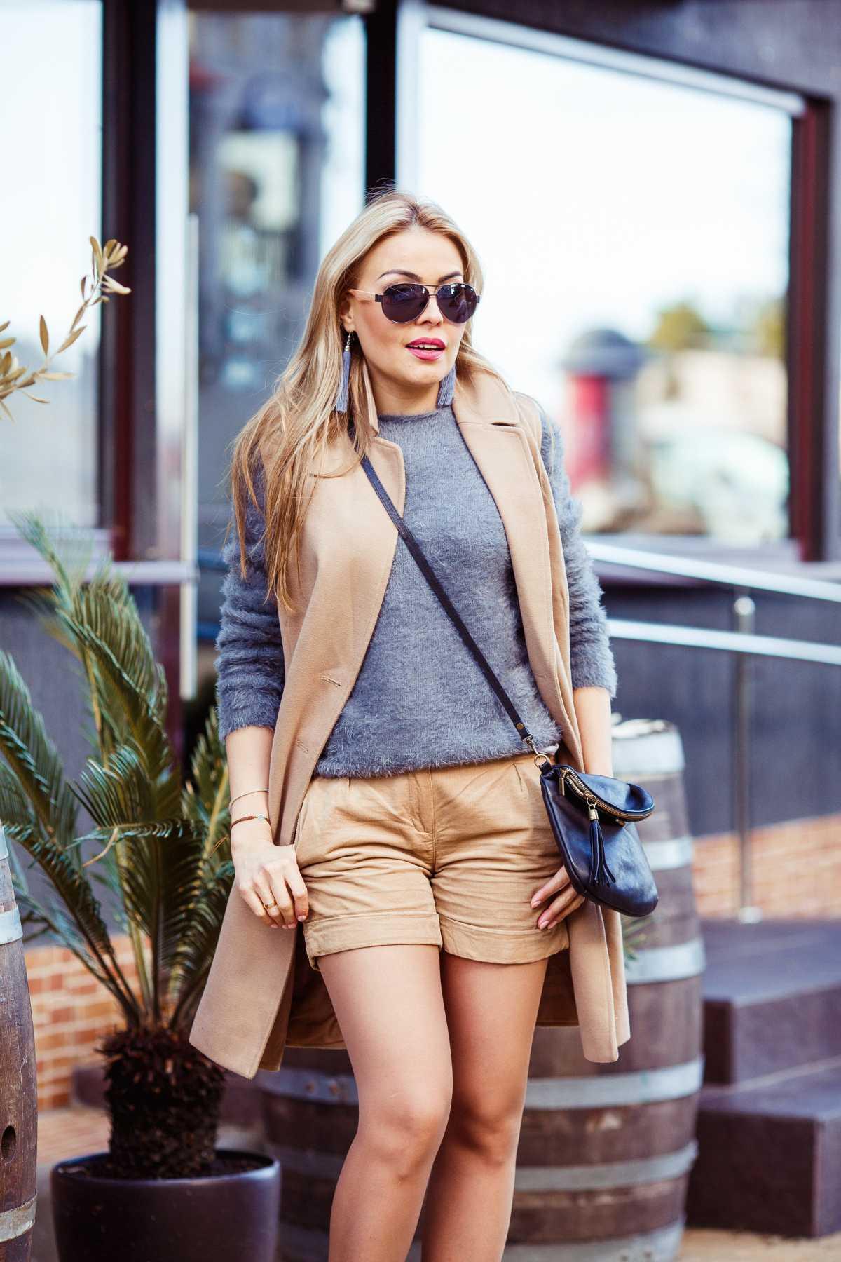 Look de inverno com shorts e colete