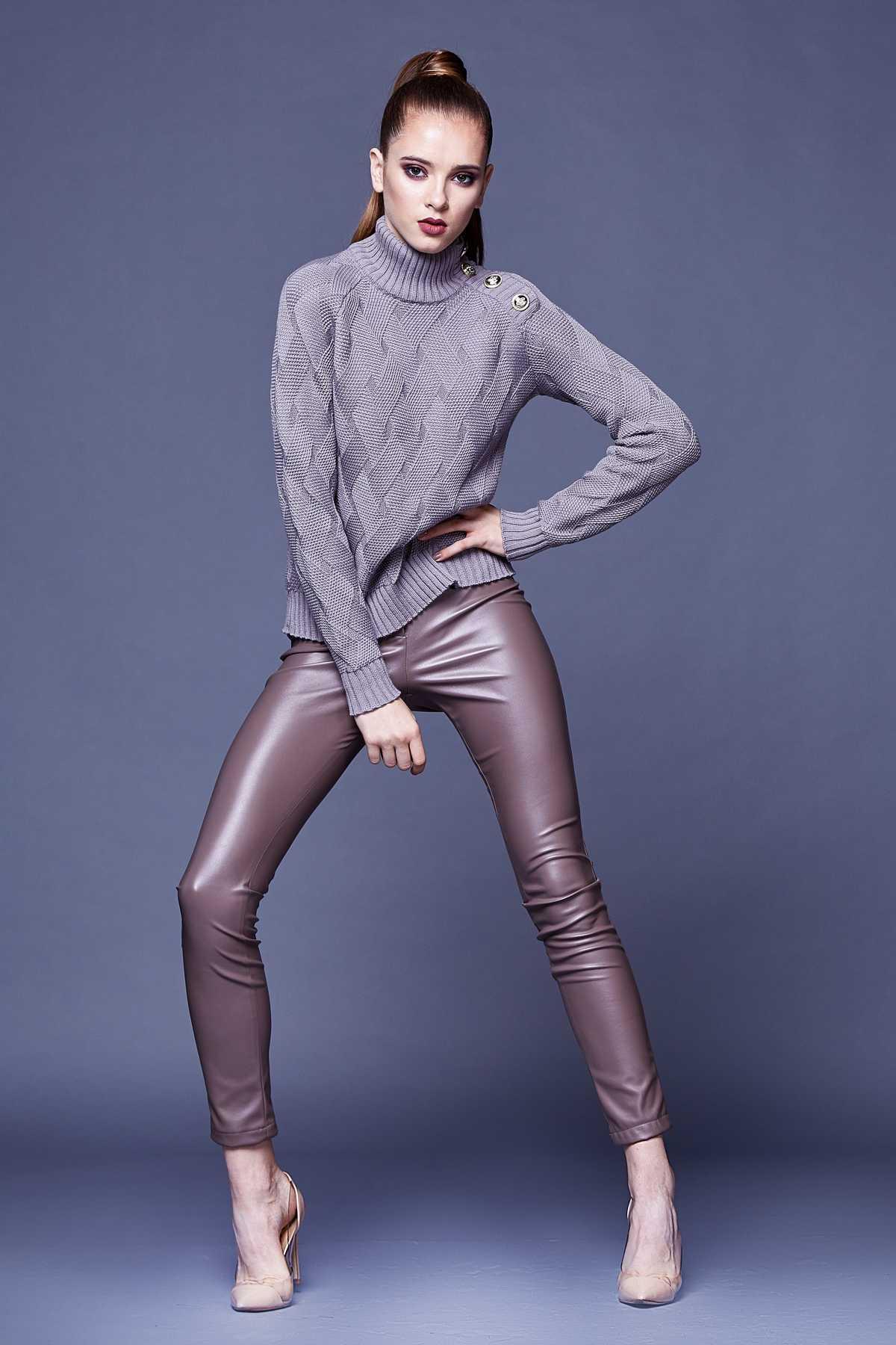 Look formal com suéter e calça de couro