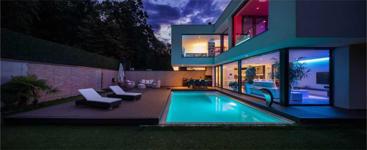 piscina pequena iluminada