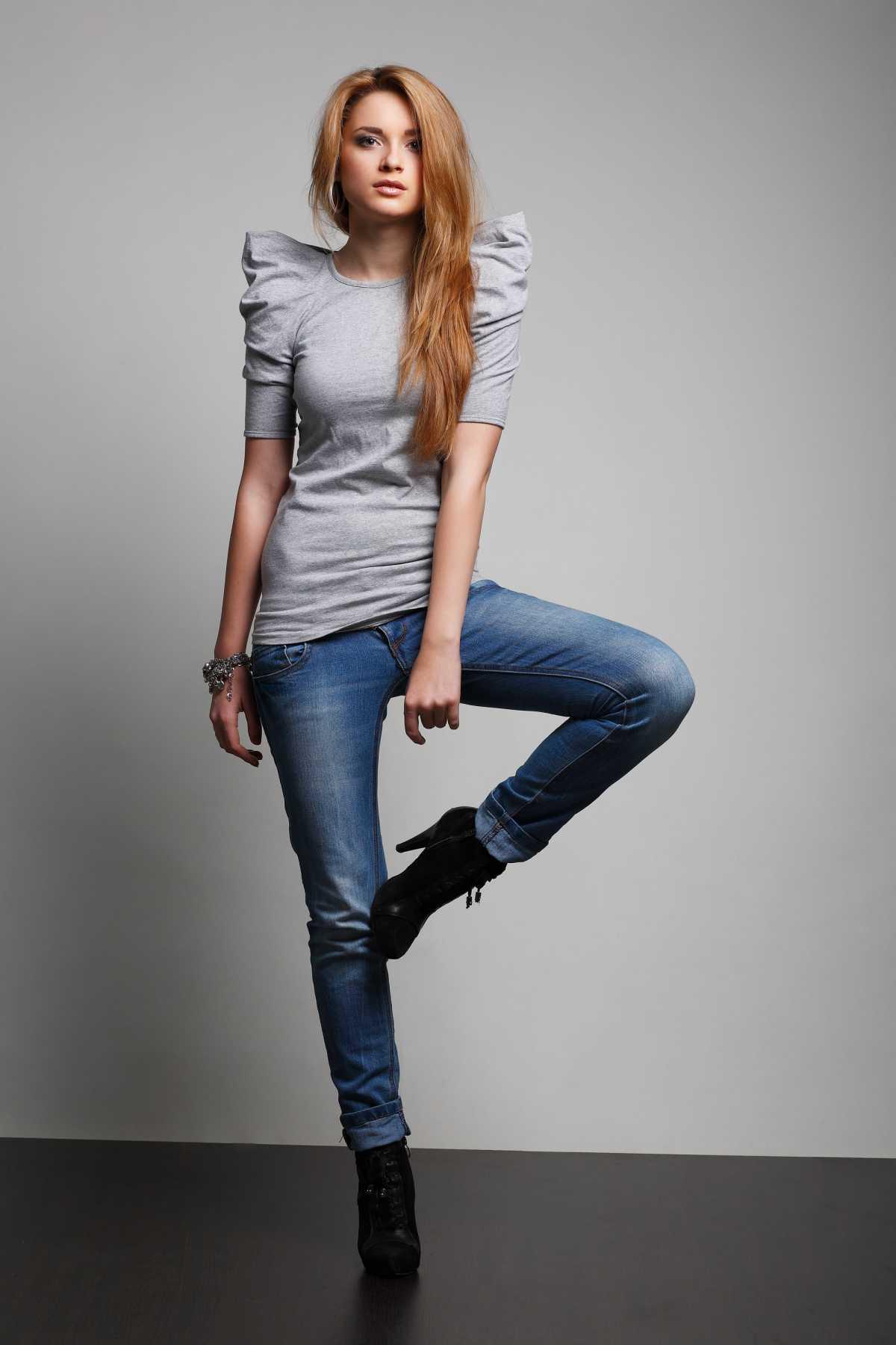 look com blusa de mangas bufantes e calça jeans