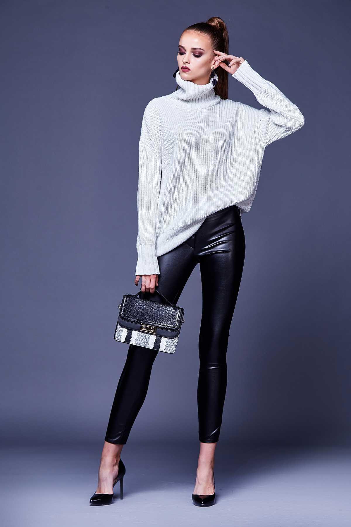 Blusa pulôver branca com calça de couro preta