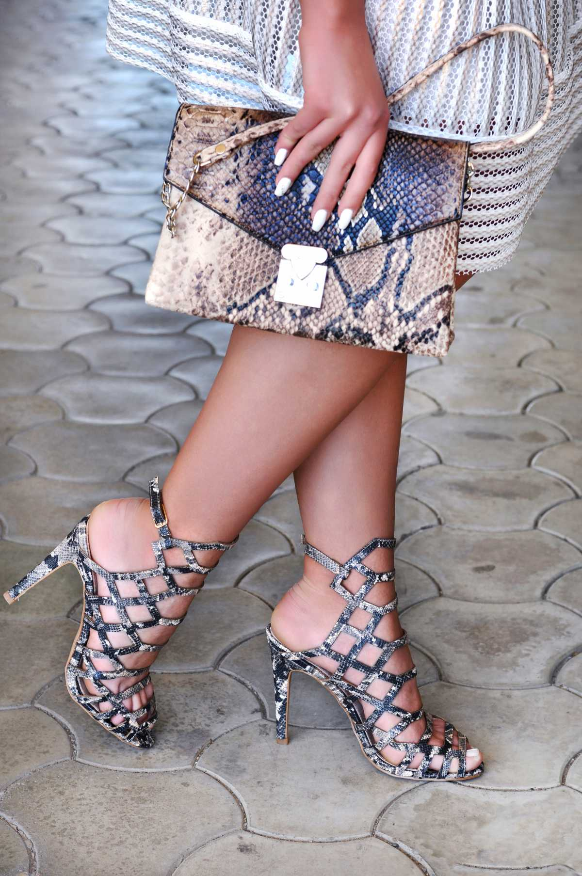 bolsa e sandália com estampa animal print