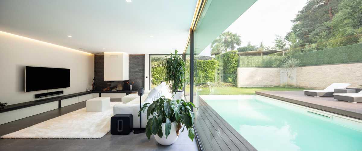 piscina pequena integrada à sala