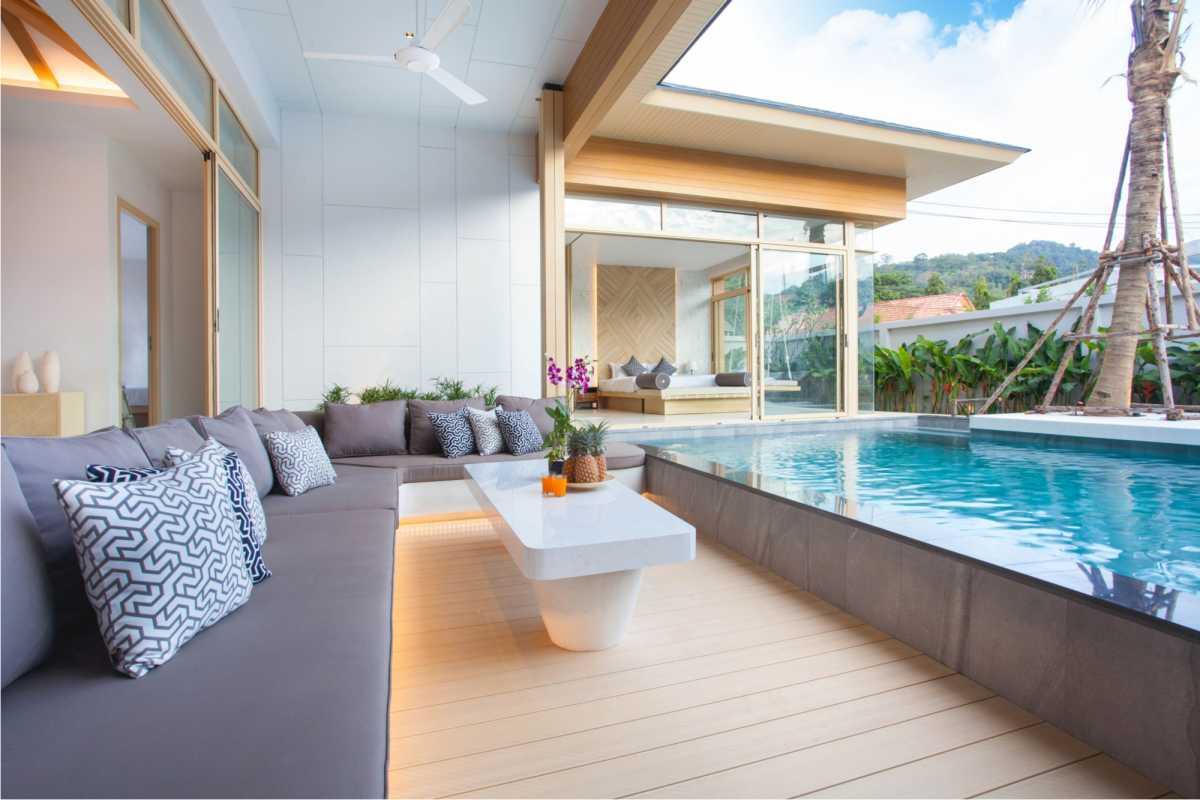 piscina construída acima do nível do solo integrada à casa