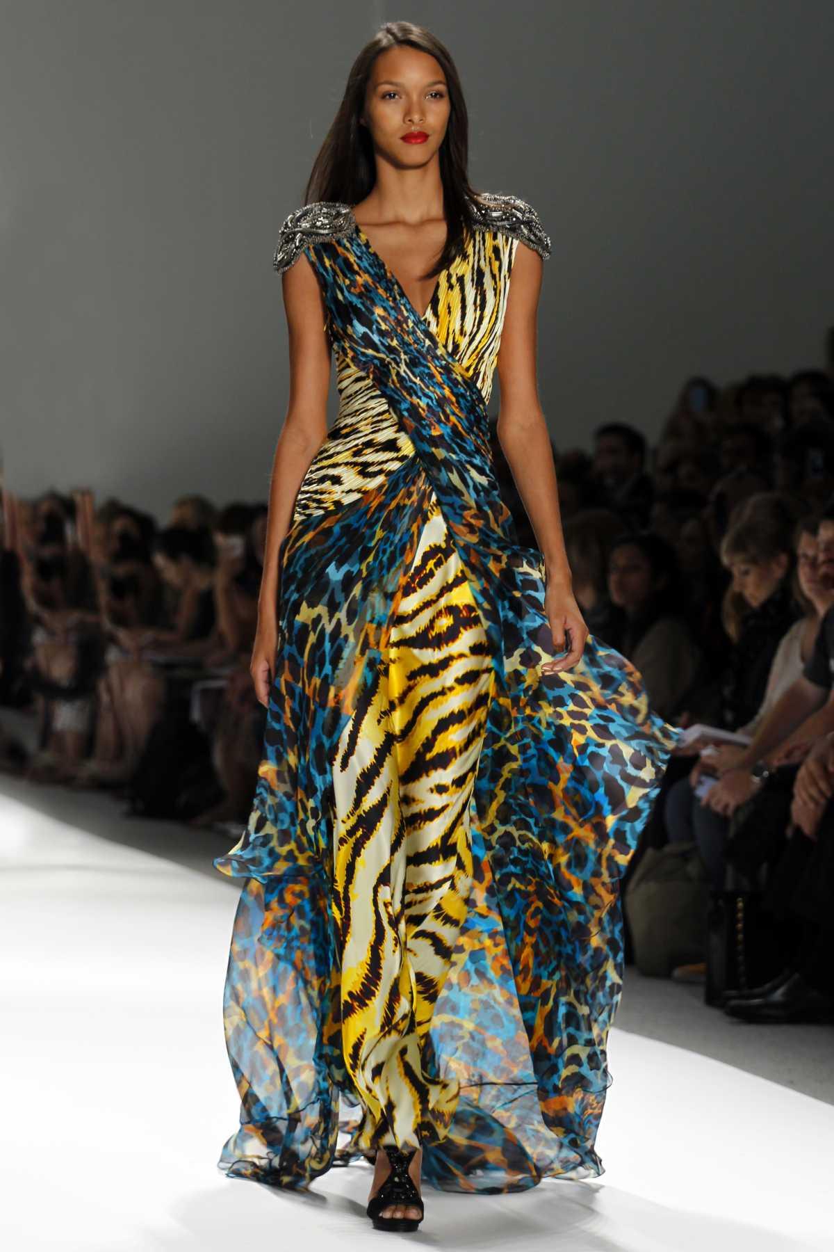 vestido longo com detalhes animal print