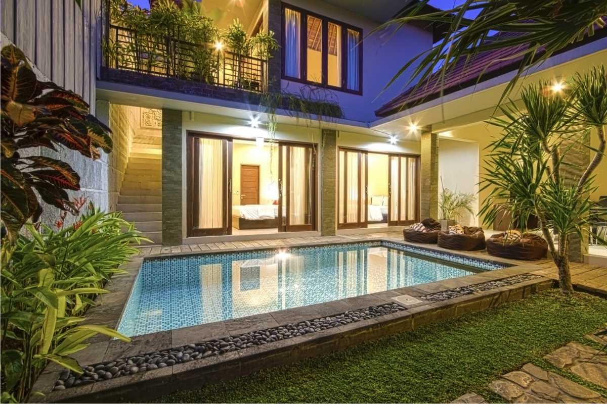 piscina com decoração natural