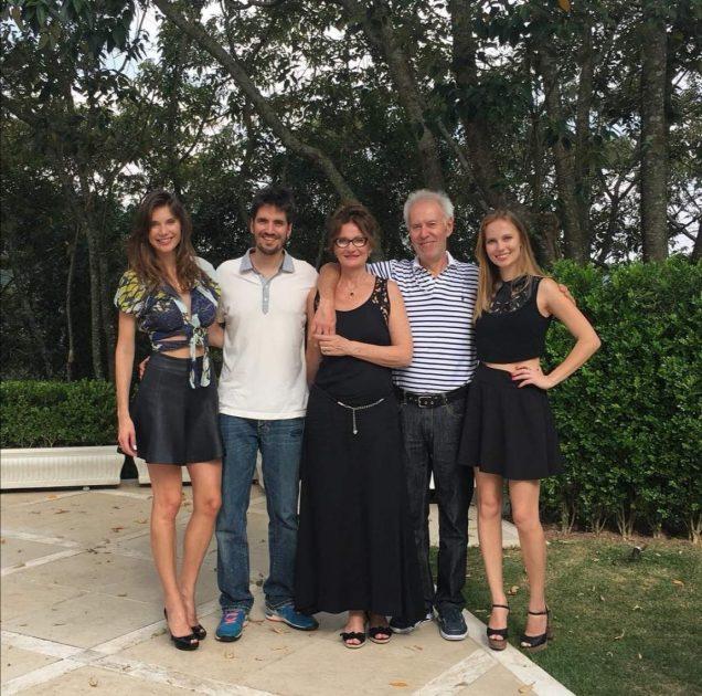 Júlia, Carla e Cassiano Pereira e os pais Claudia e Jáime - Créditos Divulgação