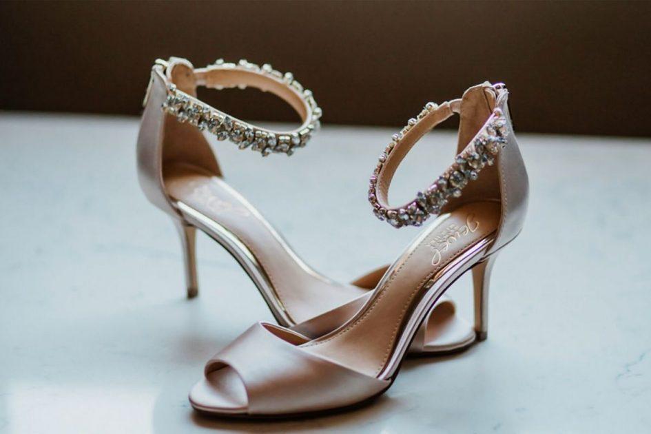 Sandália de bico fino é uma das tendências em sapatos femininos para o verão 2020