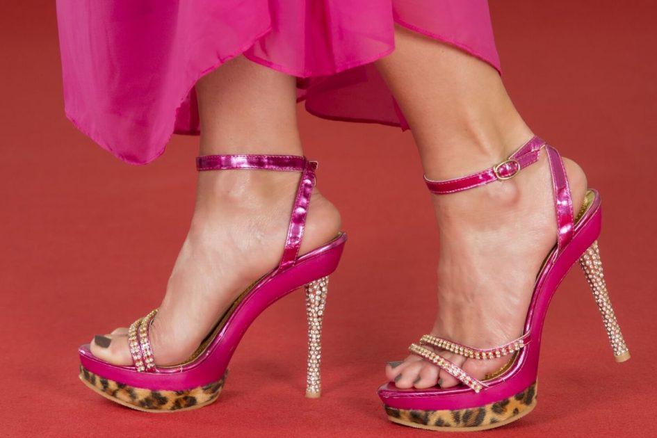 Sandália de vinil ou verniz é uma das tendências em sapatos femininos para o verão 2020
