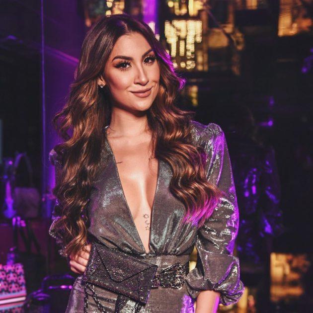 Bianca Andrade com corte de cabelo longo reto