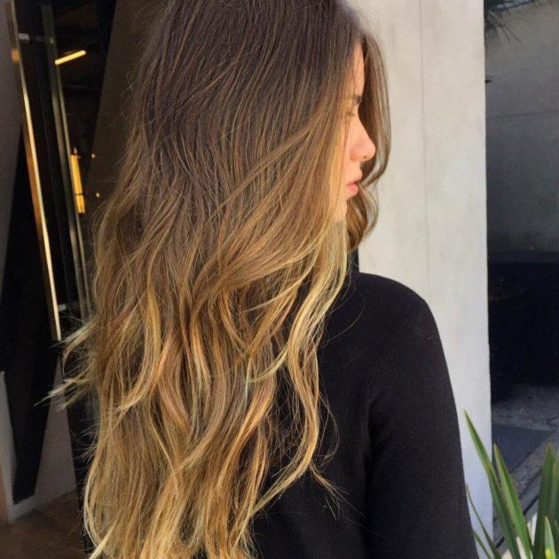 Mulher com corte de cabelo longo em camadas