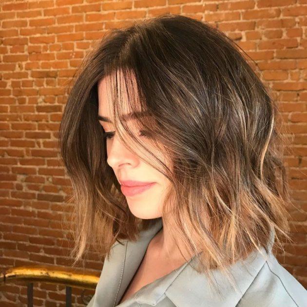 Mulher com corte de cabelo médio Long Bob