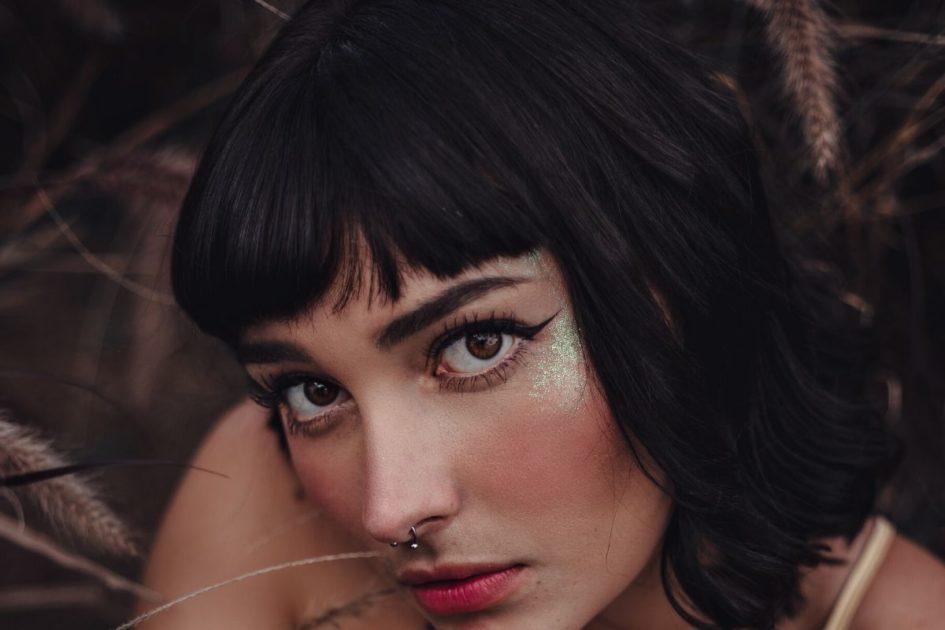 Corte de cabelo curto com franja - Foto: Canva