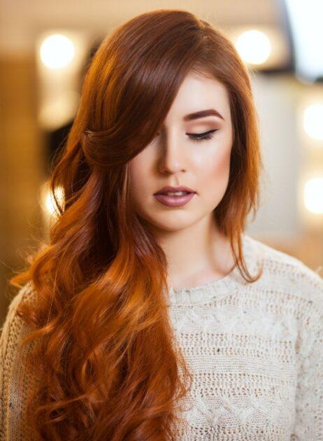 Franja lateral é uma das tendências em corte de cabelo 2021