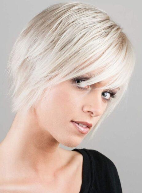 Short bob com franja lateral é uma das tendências em corte de cabelo 2021