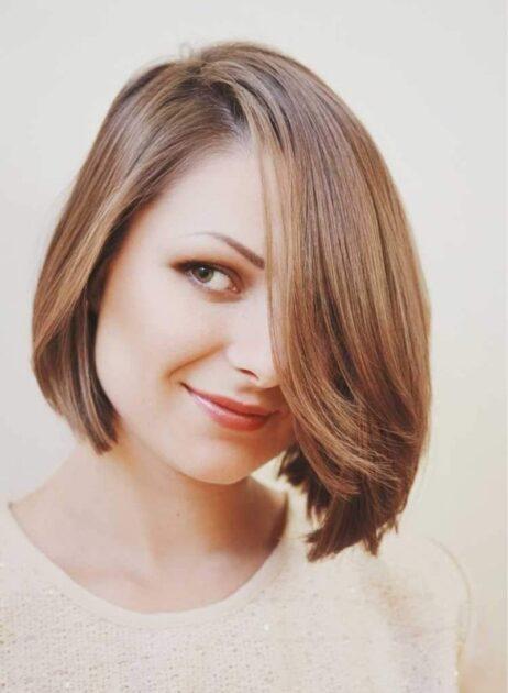 Chanel com franja lateral é uma das tendências em corte de cabelo 2021