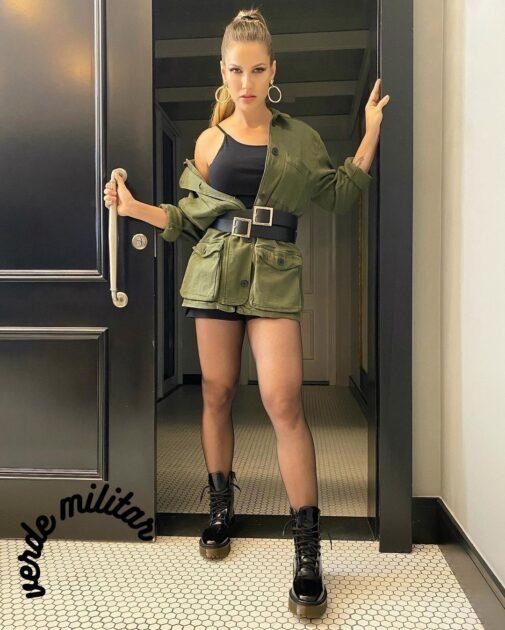 Tons verde militar e oliva entre as tendências da moda inverno 2021.