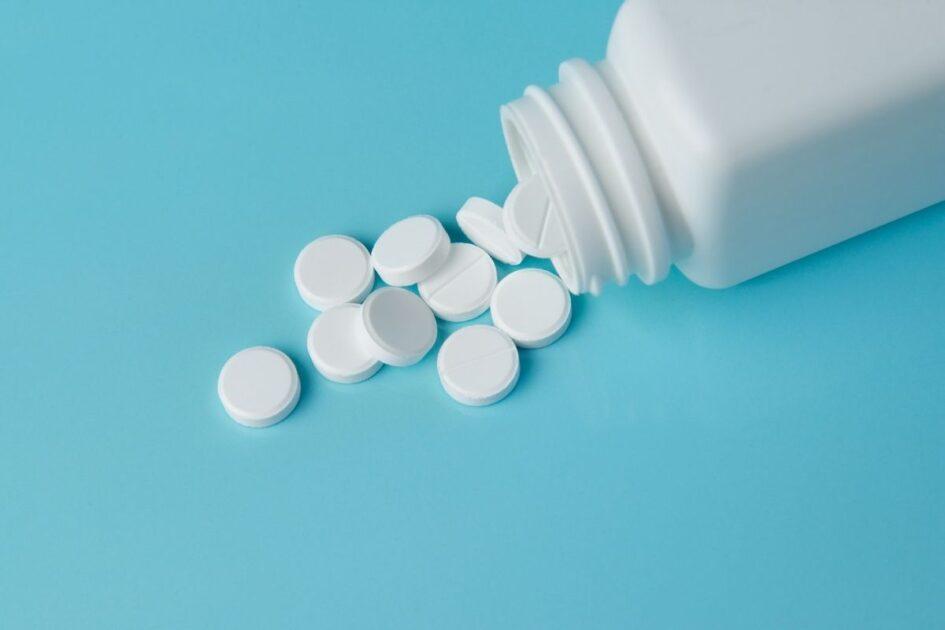 Aprenda usar a aspirina para tratar mancha branca na unha